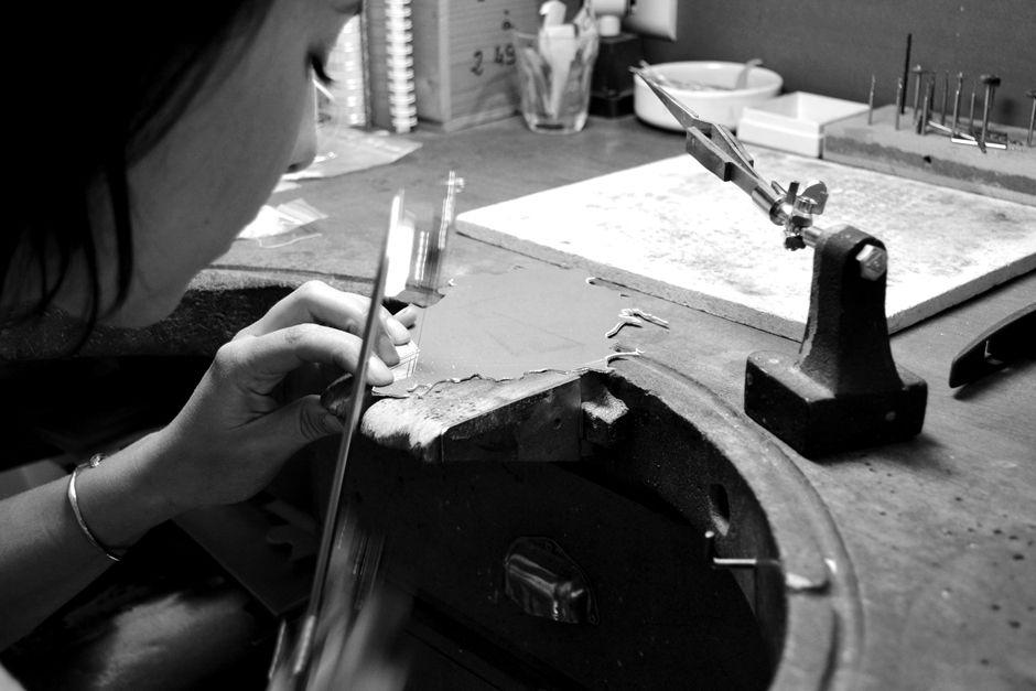 Noémie Pichon sur son établi de joaillier à LaFabriQ