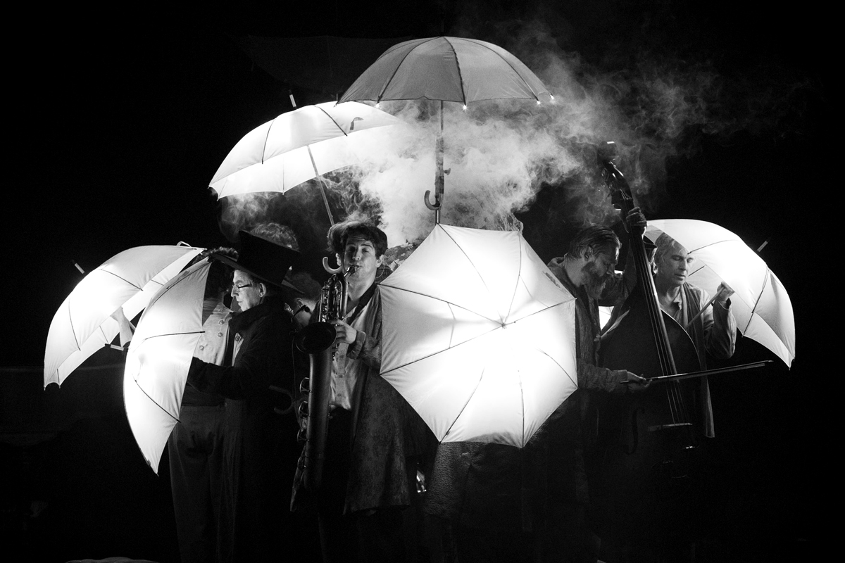 Cirque Plume orchestre sous parapluies