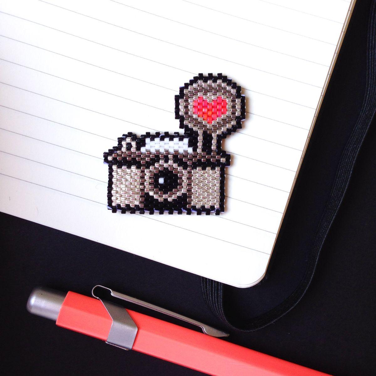 Gros plan broche appareil photo tissée en perles Miyuki (modèle Lulu La Lucette)