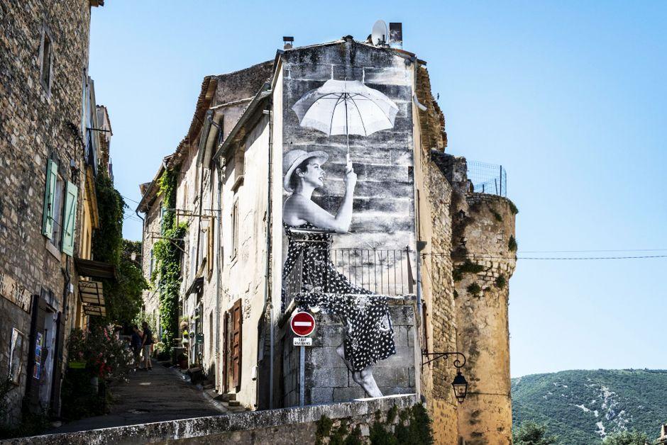 Demoiselle à l'ombrelle image extraire du film Visages Villages d'Agnès Varda et JR