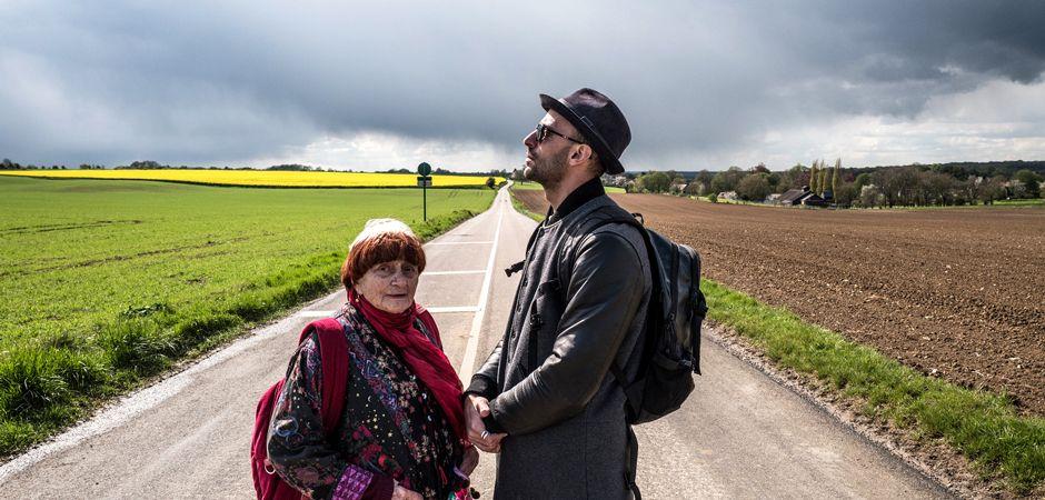 Agnès Varda et JR sur une route