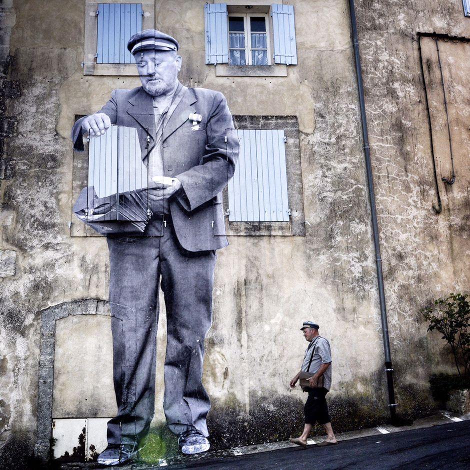 le facteur image extraire du film Visages Villages d'Agnès Varda et JR
